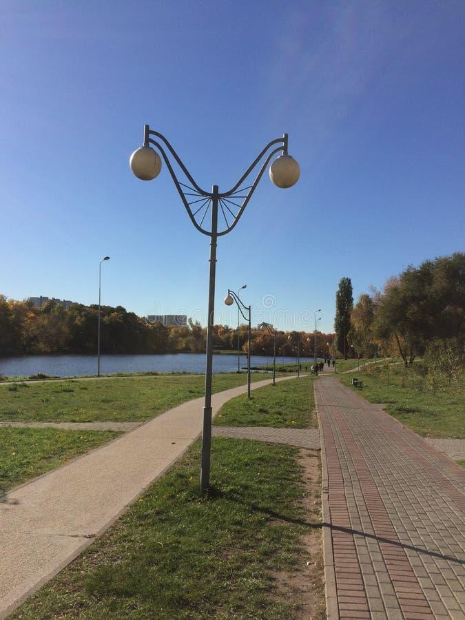Sch?ne Laterne auf der Promenade im Herbstpark stockfoto