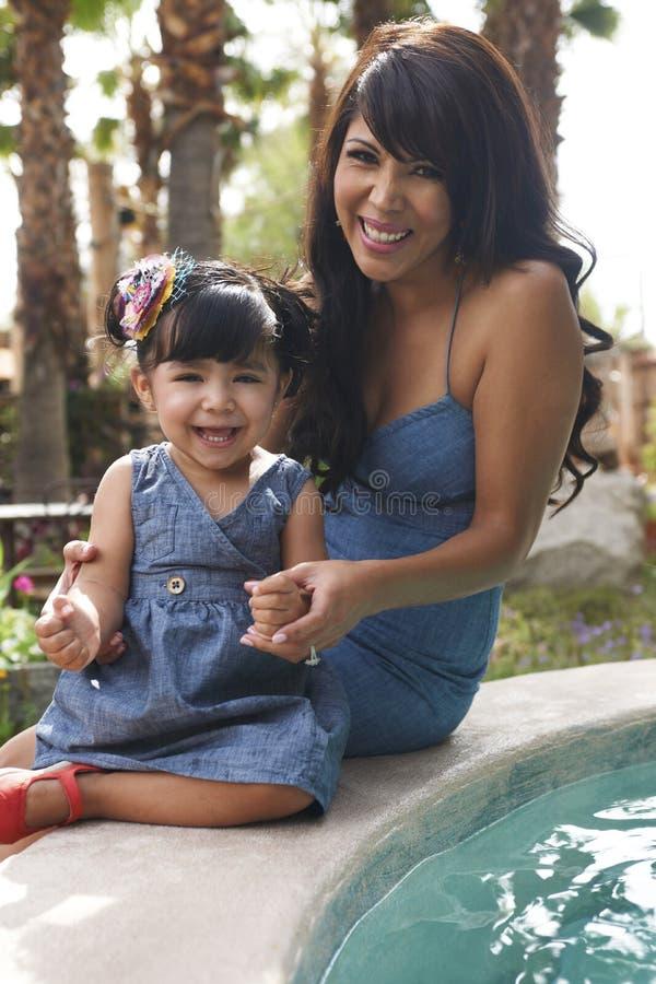 Schöne Latina-Mutter und -tochter stockbild