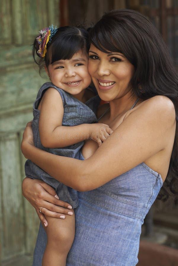 Schöne Latina-Mutter und -tochter lizenzfreie stockfotografie