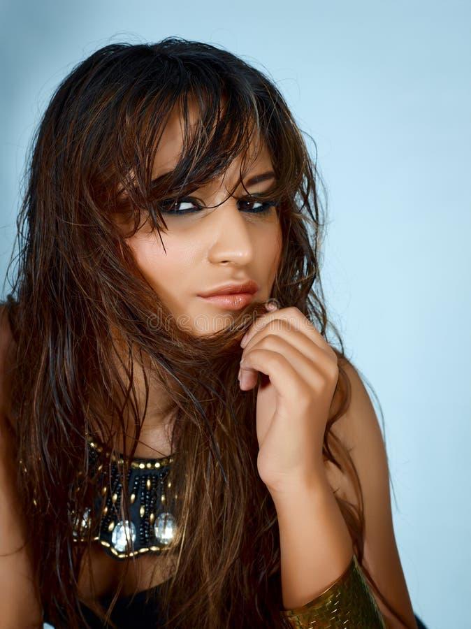 Schöne Latinofrau mit dem nassen langen Haar stockbilder