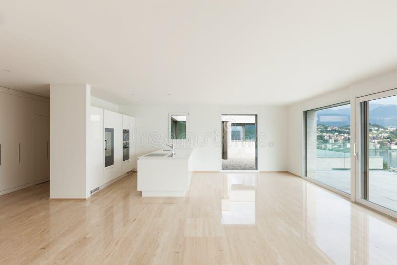 Schöne leere Wohnung, moderne Küche stockbild
