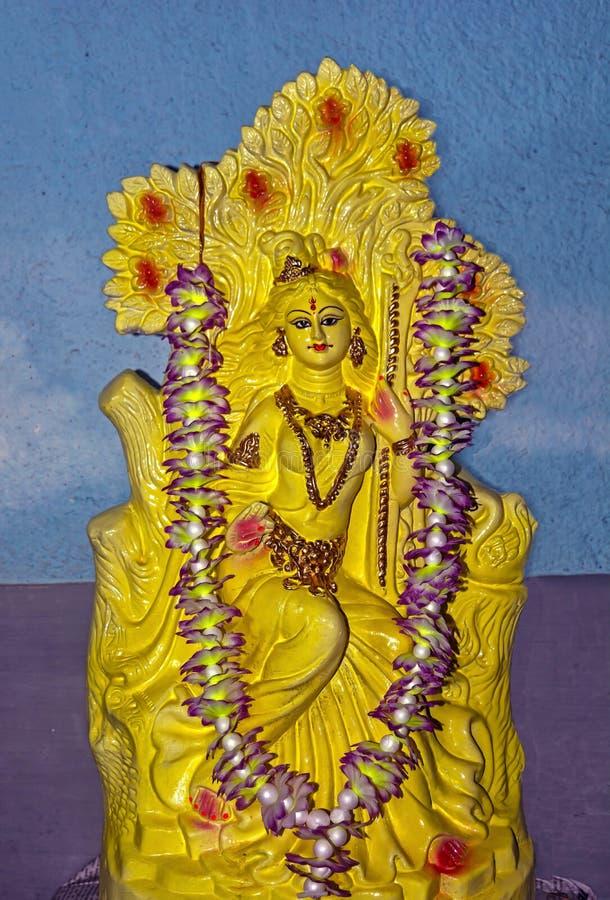 Schöne Lehmstatue der hindischen Göttin Saraswati lizenzfreies stockfoto
