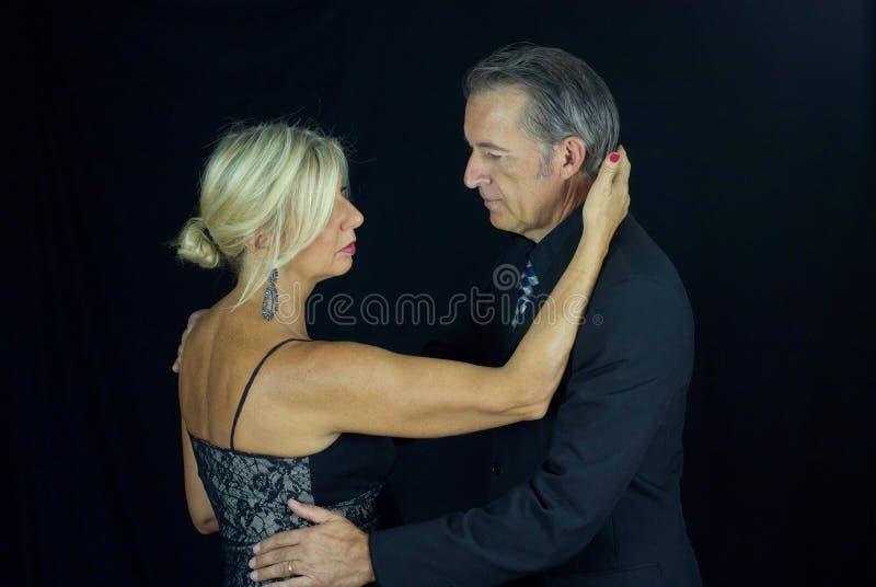 Schöne leidenschaftliche Paare des erwachsenen Tangotänzers lizenzfreies stockfoto