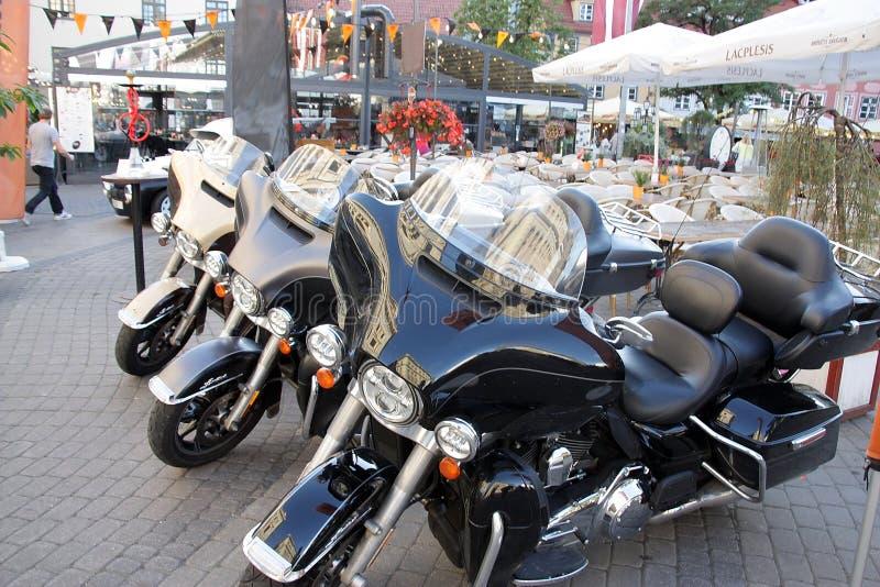 Schöne leistungsfähige Motorräder parkten lizenzfreie stockfotografie