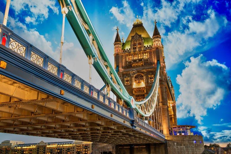 Schöne Leuchten der Kontrollturm-Brücke in London stockfotos