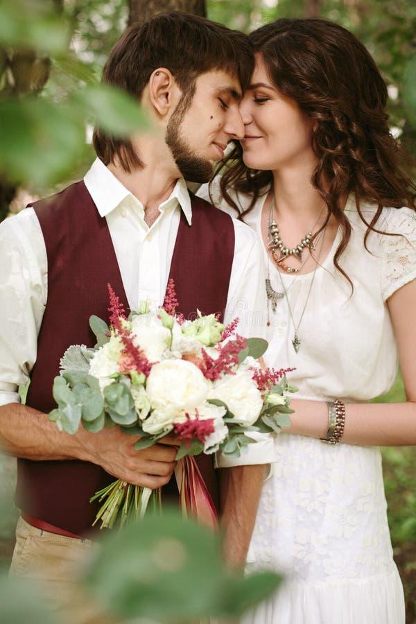 Schöne liebevolle Paare kleideten in der boho Chicart an stockfotos