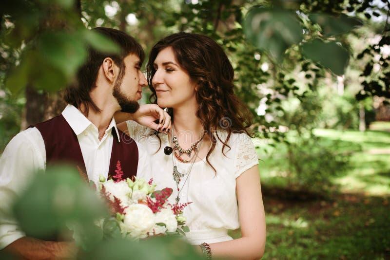 Schöne liebevolle Paare kleideten in der boho Chicart an stockfoto