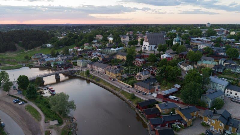 Schöne Luftstadtlandschaft mit idyllischem Fluss und Altbauten am Sommerabend in Porvoo, Finnland stockbild