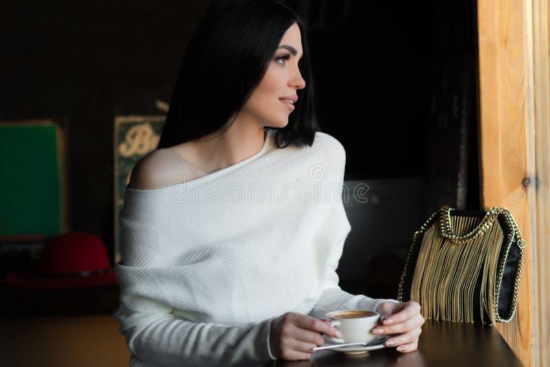 Schöne luxuriöse brunette Frau im Café lizenzfreie stockfotografie
