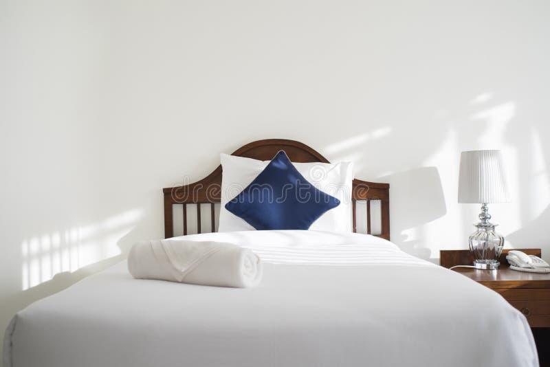 Schöne Luxushotelschlafzimmerinnenausstattung mit hellem La lizenzfreie stockbilder