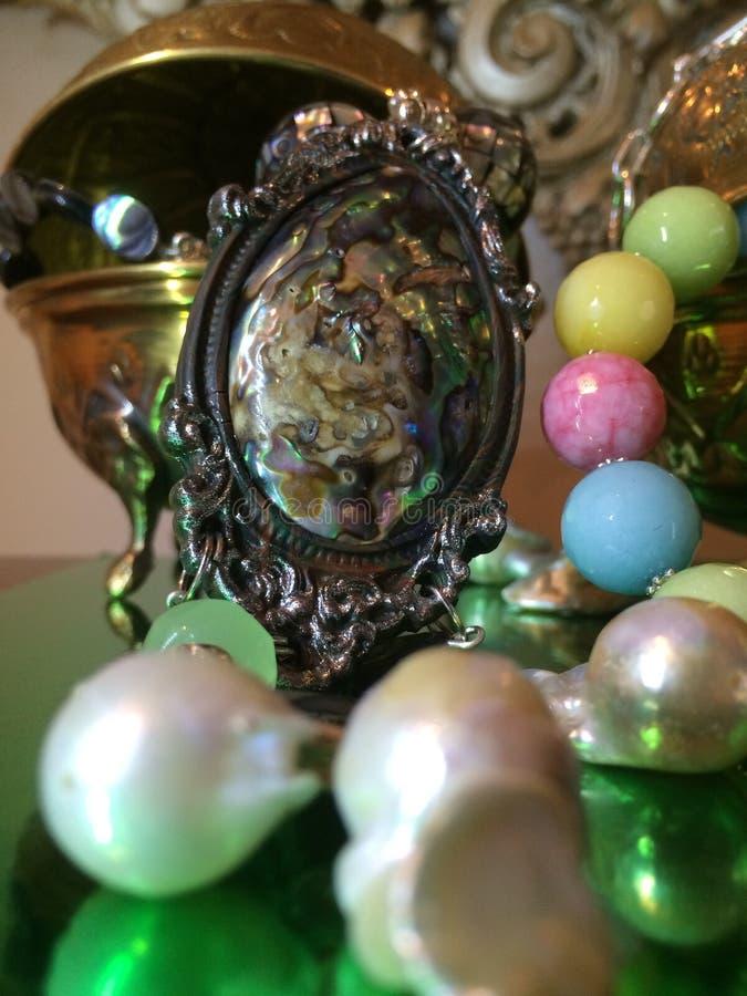 Schöne Luxusschmuck-Anzeige von losen kernhaltigen Kasumi-Perlen, von Süßigkeit Jade Artisan Necklace u. von handgefertigter Ohrs lizenzfreie stockbilder