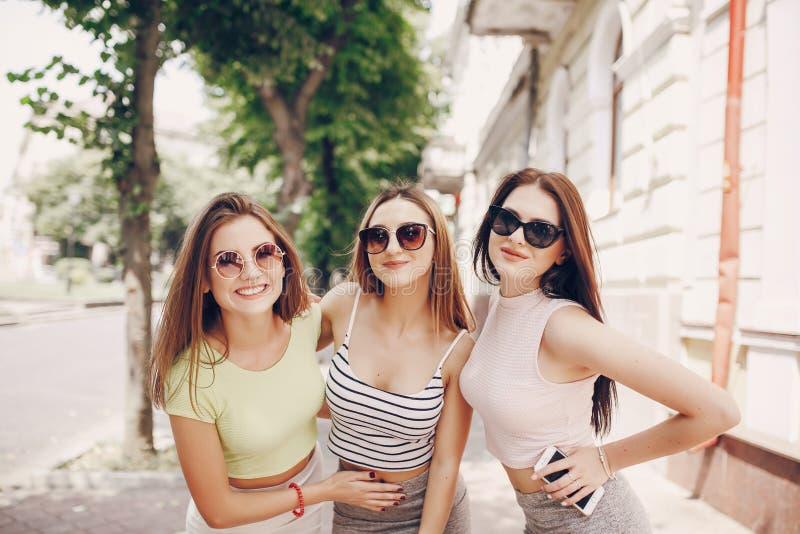 Schöne Mädchen auf der Straße stockbild