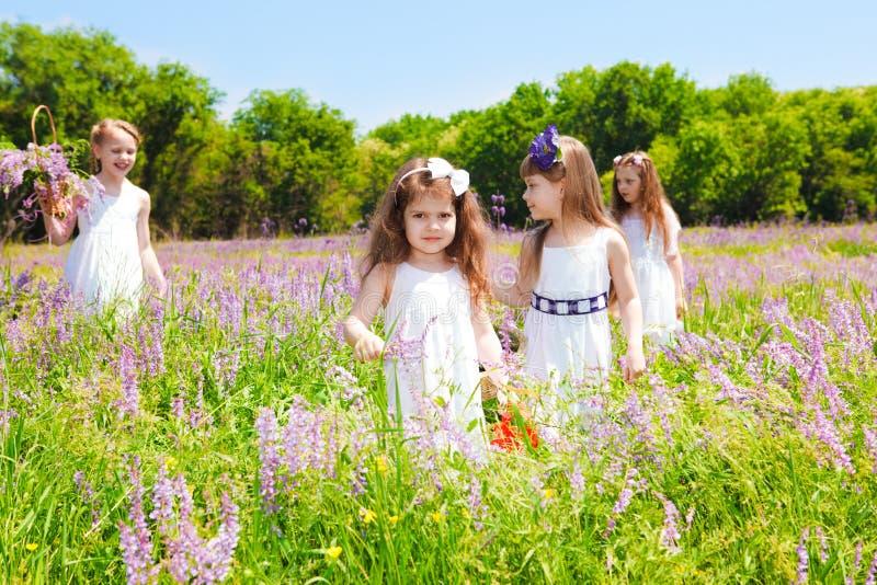 Schöne Mädchen in den weißen Kleidern stockfotografie