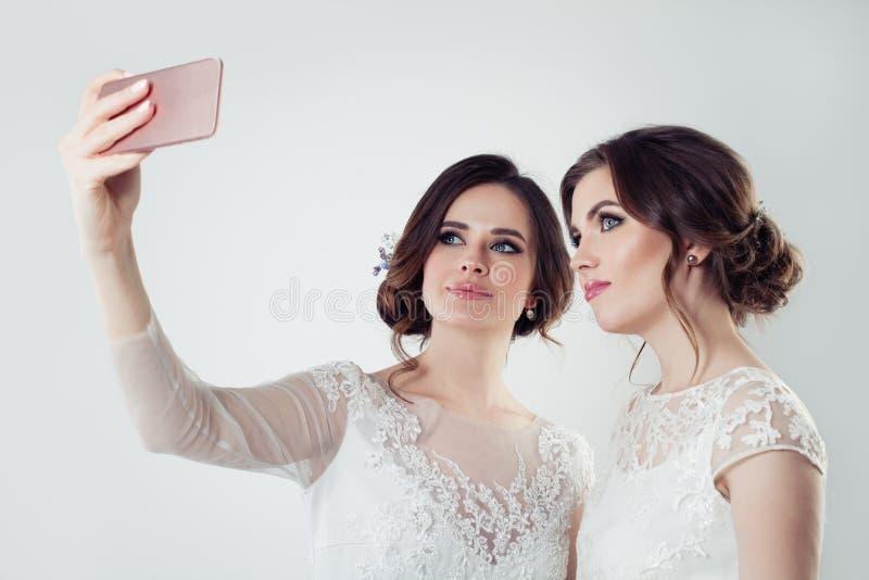 Schöne Mädchen, die selfie nehmen Braut zwei lizenzfreie stockbilder