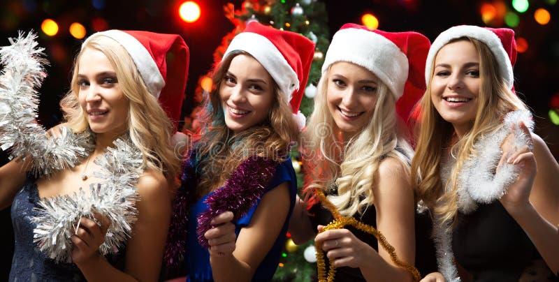 Schöne Mädchen haben Spaß an einem Weihnachtsfest lizenzfreie stockfotos