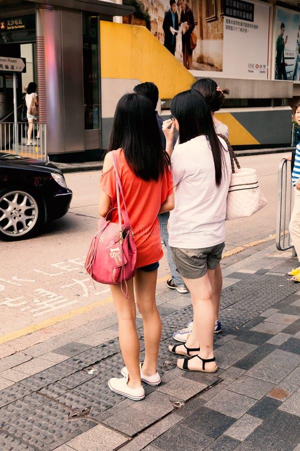 Schöne Mädchen an Hong- Kongstraße stockfoto