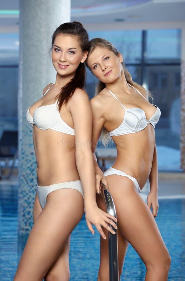 Schöne Mädchen am Pool stockbilder