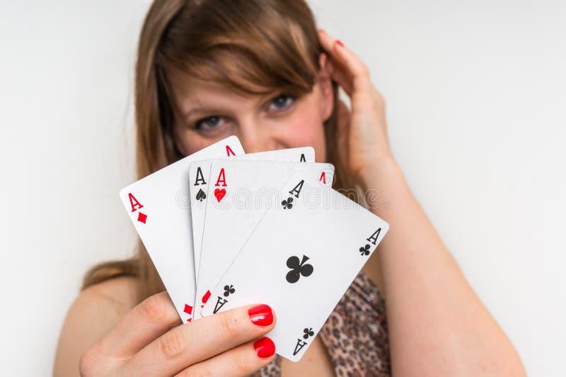 Schöne Mädchenfelle hinter Pokerkarten lizenzfreies stockbild