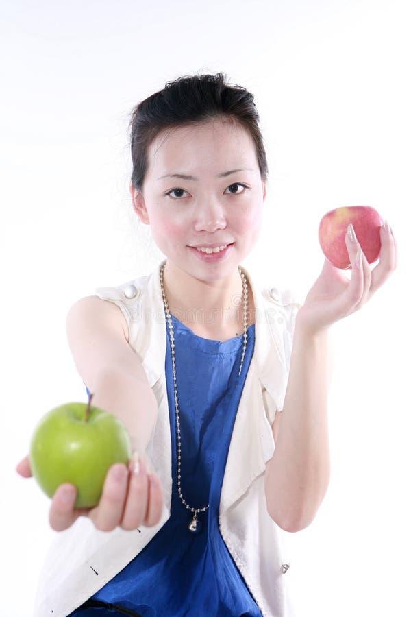 schöne Mädchenholding mit Apfel lizenzfreie stockfotografie