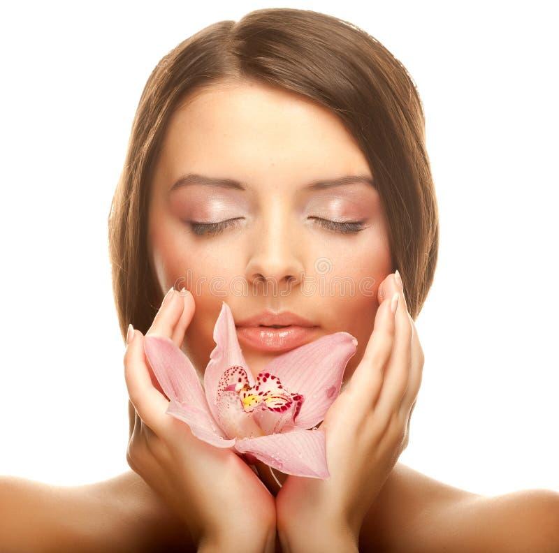 Schöne Mädchenholding-Orchideeblume lizenzfreie stockfotos