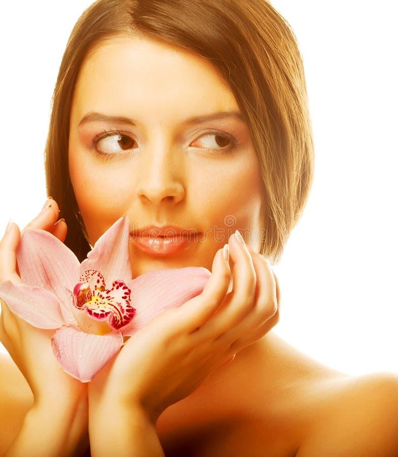 Schöne Mädchenholding-Orchideeblume stockfoto