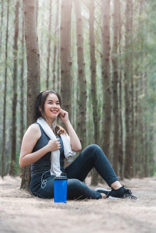 Schöne Mädchenlebensstil-Übung der jungen Frau des Sports gesundes brea stockfoto