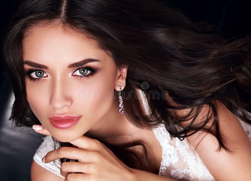 Schöne Make-upfrau mit rosa Lippenstift und dem langen gelockten Haar PO stockbild