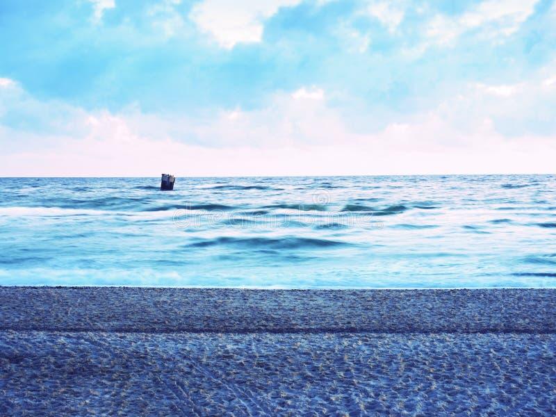 Schöne Marineansicht über Seeküstenlinie mit glattem Wasser über sandigem Strand stockbilder
