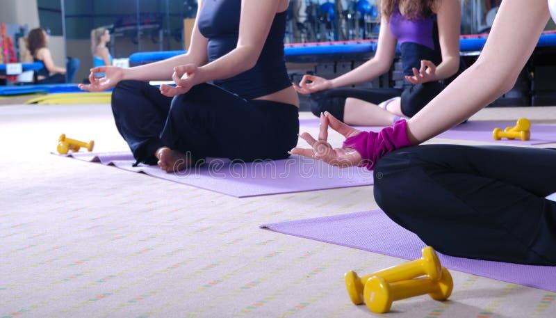 Schöne meditierende Frauen stockfotos