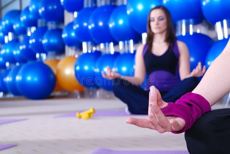 Schöne meditierende Frauen lizenzfreie stockbilder