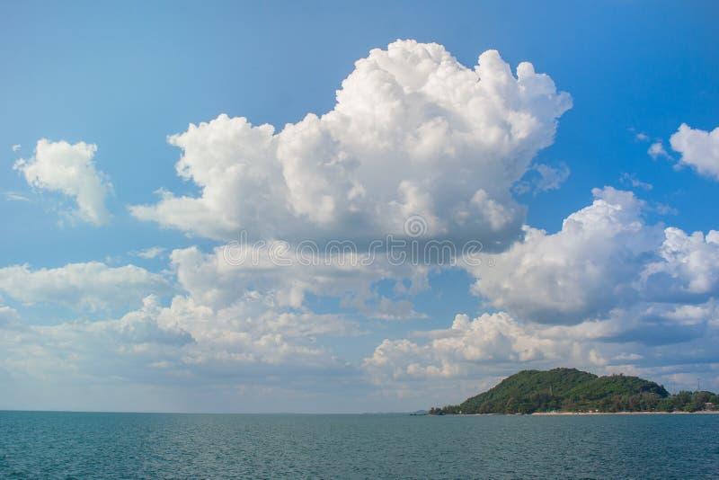 Schöne Meerblickansicht mit Insel und blauem Himmel im Hintergrund bei Chao Lao Beach, Chanthaburi-Provinz, Thailand lizenzfreie stockfotos