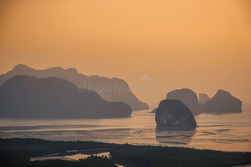 Schöne Meerblickansicht von Phangnga, ungesehener Platz nannte Samet Nangshe in Phangnga-Provinz mit Sonnenaufgang für Feiertagsf lizenzfreie stockbilder