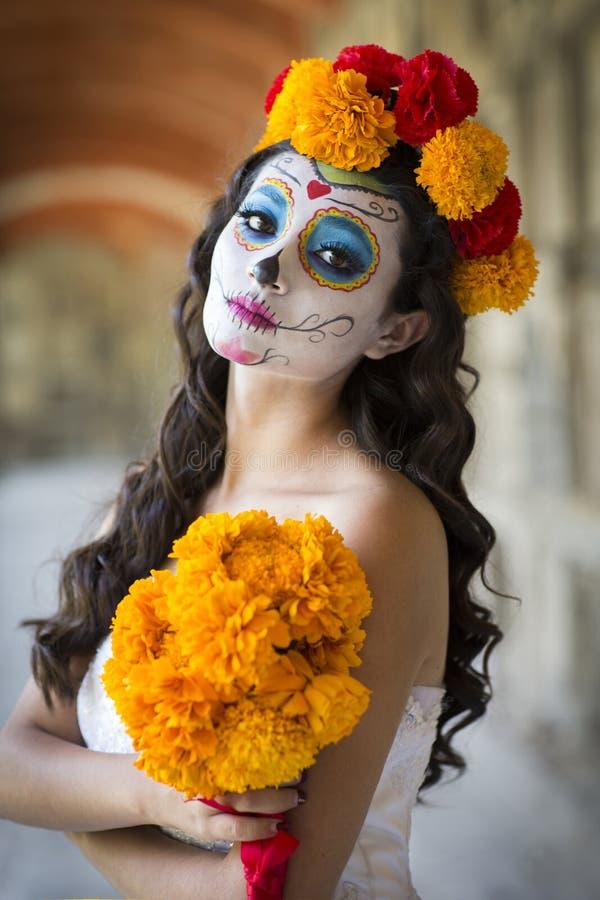 Schöne mexikanische Frau mit Hochzeitskleid und Make-up Catrina stockfoto