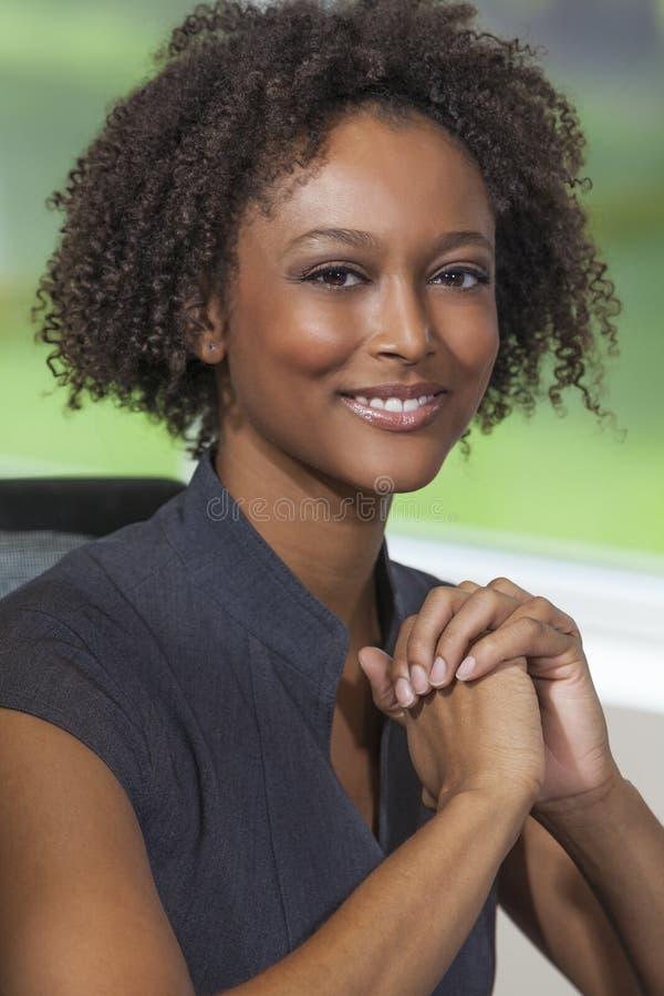 Schöne Mischrasse-Afroamerikaner-Frauen-Geschäftsfrau stockfotografie
