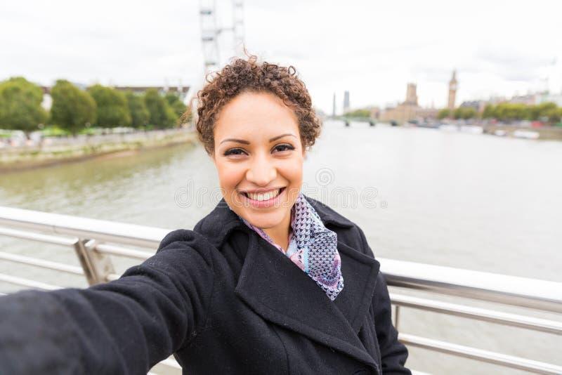 Schöne Mischrassefrau, die ein selfie in London nimmt lizenzfreie stockfotos