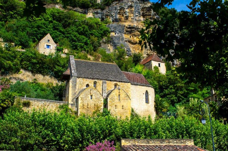 Schöne mittelalterliche Kirche versteckt in der üppigen Natur, Dordogne, Frankreich lizenzfreie stockfotografie