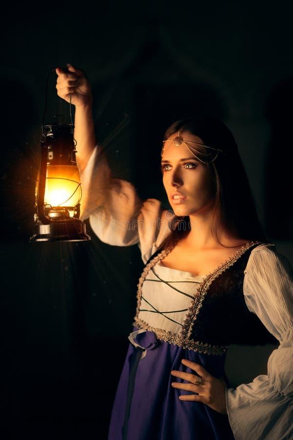 Schöne mittelalterliche Prinzessin Holding Lantern lizenzfreies stockbild