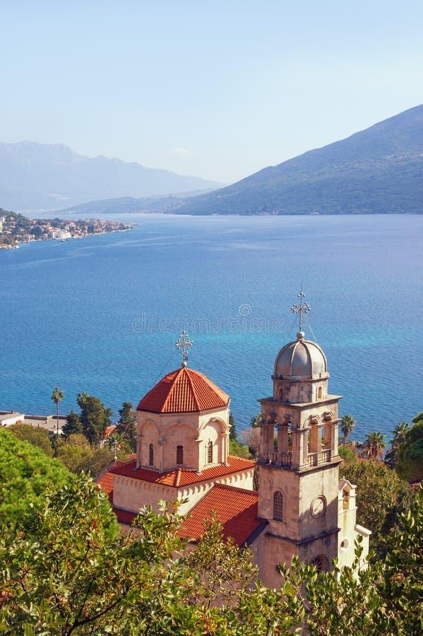 Schöne Mittelmeerlandschaft Montenegro, adriatisches Meer, Bucht von Kotor Ansicht von Savina Monastery lizenzfreie stockbilder