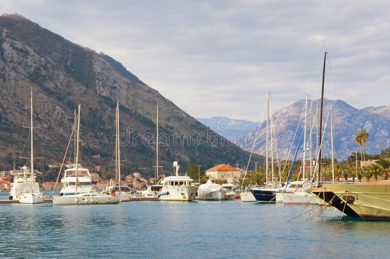 Schöne Mittelmeerlandschaft Montenegro, Bucht von Kotor Hafen für Yachten nahe alter Stadt von Kotor stockbild