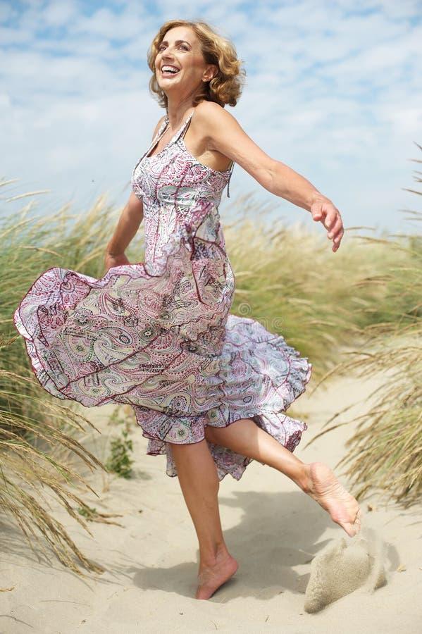Schöne mittlere Greisin, die draußen tanzt lizenzfreie stockbilder