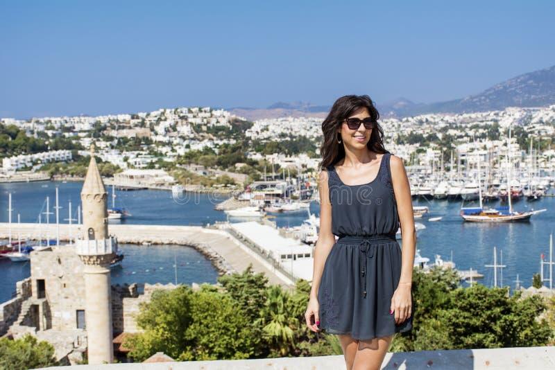 Schöne Modefrau auf einem Seehafenhintergrund lizenzfreies stockfoto