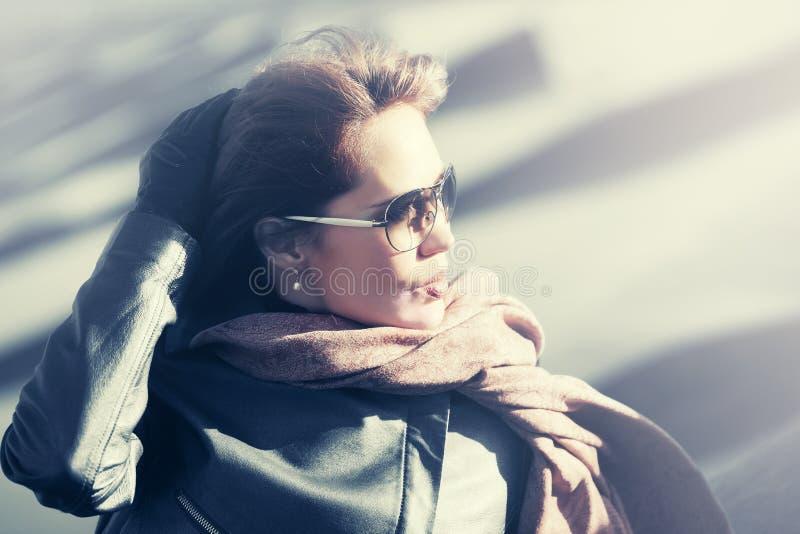 Schöne Modefrau beim Sonnenbrillegehen im Freien lizenzfreie stockbilder