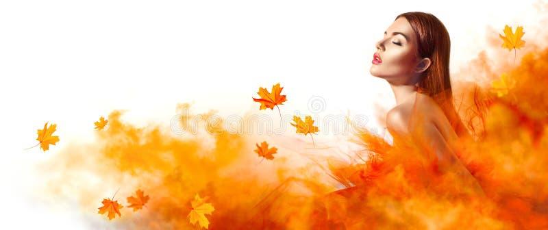 Schöne Modefrau im Herbstgelbkleid mit dem Fallen verlässt lizenzfreie stockbilder