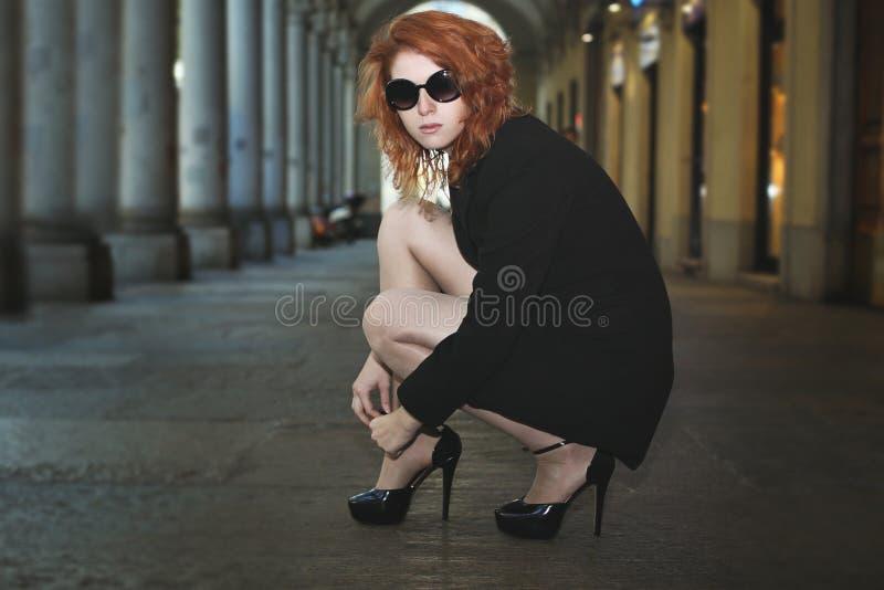 Schöne Modefrau mit hohen Absätzen stockfotos