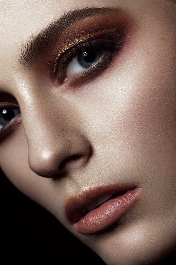 Schöne Modefrau mit kreativem Make-up Schönes lächelndes Mädchen Glückliches junges Mädchen, das Taschen auf einem weißen Hinterg stockbilder