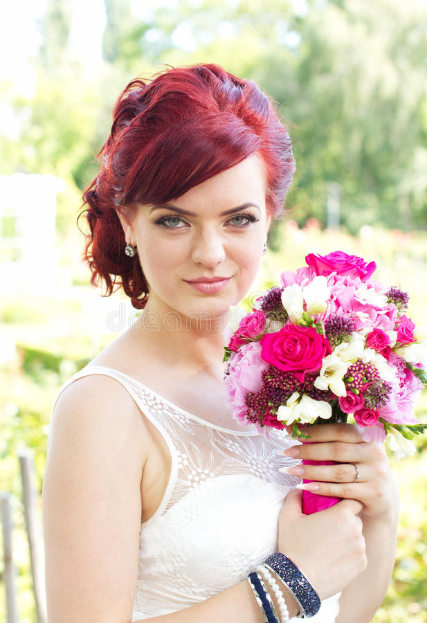 Schöne moderne Braut lizenzfreie stockfotografie