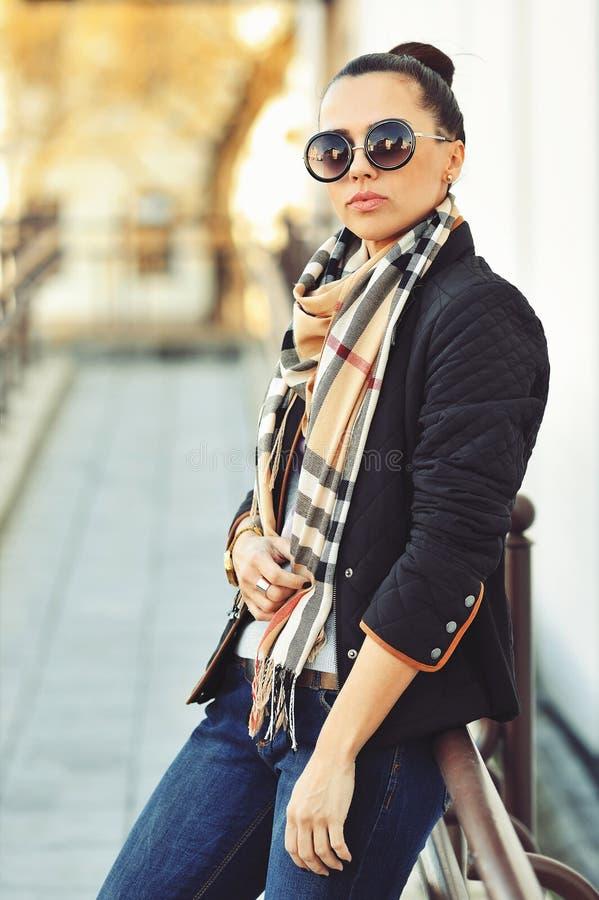 Schöne moderne Frau, die auf der Stadtstraße steht stockbild