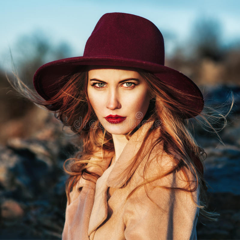 Schöne moderne Frau, die roten Hut trägt stockbilder