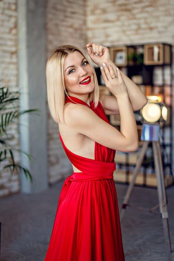 Schöne moderne Frau im roten Kleid Abschluss oben lizenzfreie stockfotografie