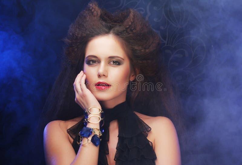 Schöne moderne Frau im schwarzen Kleid lizenzfreie stockfotografie
